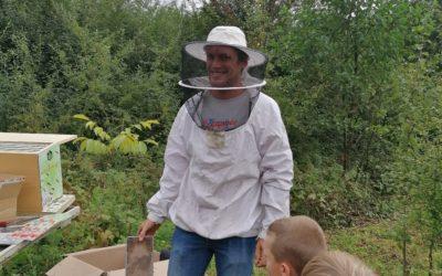 Première sortie des CE1a aux ruches de Bailleul.